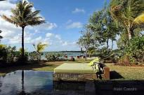 Le jacuzzi et la plage privée d'une des résidences