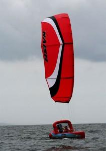 Quéméré en entrainement sur son kiteboat dans la baie de Douarnenez