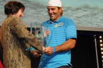 La directrice de la communication de Banque Populaire remet le trophée à A.Albeau