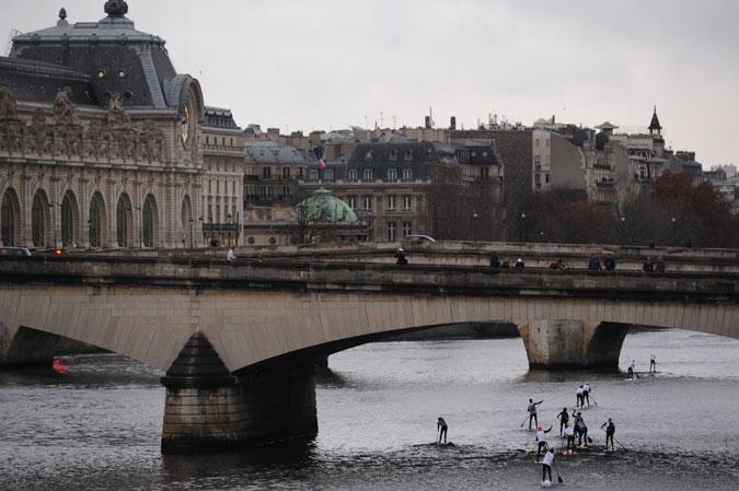 La traversée de Paris en paddle board ©-Raoul-Dombrenel-AFP-Nautique