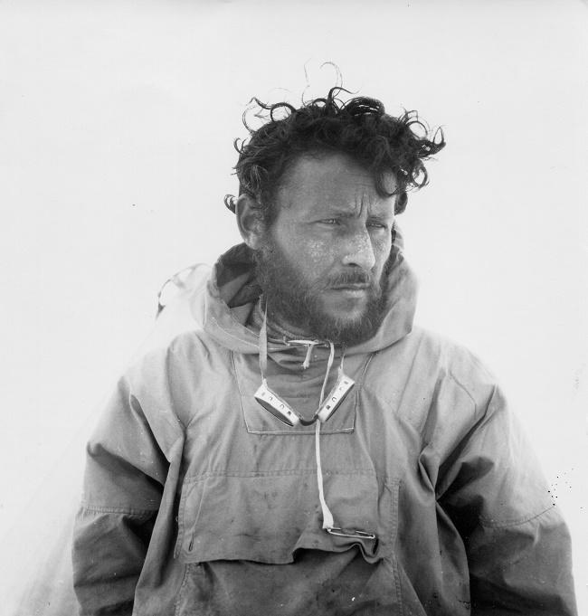 """079Groenland, Tasiilaq, 11 juillet 1936 - Paul-Émile Victor, au retour de la premiere """"TransGroenland"""" française (une traversee de 829 kilometres d'ouest en est sur la calotte glaciaire en 49 jours) qu'il a accomplie avec trois compagnons (Robert Gessain, Michel Perez, et Eigil Knuth) - Photo Robert Gessain / Fonds Paul-Émile Victor"""
